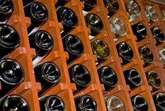 Armoire de vin complètement des bouteilles Photo libre de droits