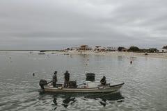 Armona Island Portugal - mars 23, 2018: Litet fartyg på Armona Island som nästan navigerar stranden royaltyfria foton