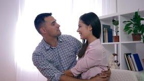 Armonia della famiglia, coppie sane felici nell'amore che abbraccia e sorriso che si siede sullo strato video d archivio