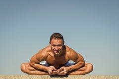 Armonia ed equilibrio del ritrovamento di aiuti di pratica di yoga Fondo di pratica del cielo blu di yoga dell'uomo Pace dello sp fotografie stock libere da diritti