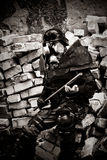 Armored postnuclear krigare med en metallklubba Royaltyfri Foto