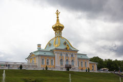 Armorial снабжение жилищем грандиозного дворца в Peterhof Пасмурная, ненастная погода в Peterho Стоковые Изображения RF