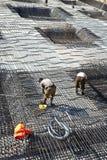 Armoring no terreno de construção para estabilizar o fundament feito de fotografia de stock