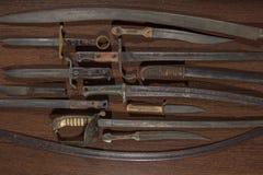 Armouryskärm av historiska svärd och dolkar royaltyfri foto