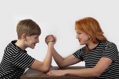 Armrestling σε γκρίζο Στοκ φωτογραφία με δικαίωμα ελεύθερης χρήσης