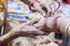 Armringsäljare i Indien Royaltyfria Bilder