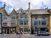 Arms国王历史的旅馆在垫木历史的cotswold镇在黄木樨草的 免版税库存照片
