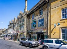 Arms国王历史的旅馆在垫木历史的cotswold镇在黄木樨草的 库存图片