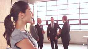 arms affärskvinnan korsat le stock video