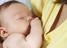 arms att sova för barnmom royaltyfria foton