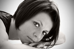 arms brunette lying Στοκ φωτογραφία με δικαίωμα ελεύθερης χρήσης
