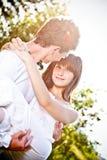 arms den bärande flickvännen hans man Royaltyfria Foton