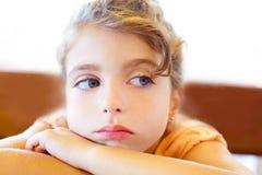 arms den SAD blåa flickan för korsade ögon för barn royaltyfria foton