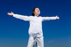arms flickan som rymmer upp Royaltyfri Bild