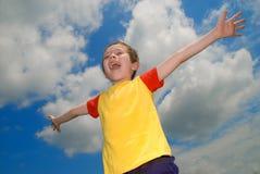 arms pojken hans öppna brett Fotografering för Bildbyråer