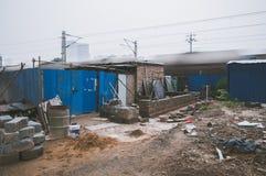 Armseliges Haus außer Eisenbahn stockbild
