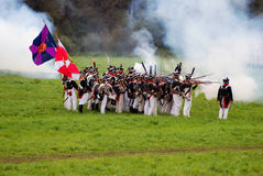 Armésoldater på Borodino slåss historisk reenactment i Ryssland Arkivfoto