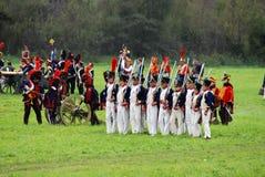 Armésoldater på Borodino slåss historisk reenactment i Ryssland Royaltyfria Foton