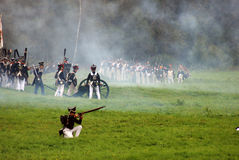 Armésoldater på Borodino slåss historisk reenactment i Ryssland Royaltyfri Foto