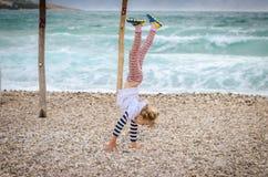 Armstanding στην παραλία Στοκ Εικόνες