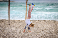 Armstanding nella spiaggia Immagini Stock