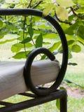 Armsteun van metaalstoel met bladeren royalty-vrije stock afbeelding