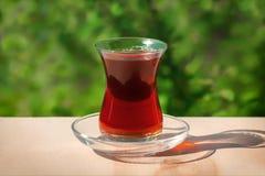 Armud exponeringsglas med te Fotografering för Bildbyråer