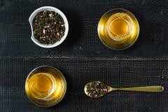Armud met thee, theeceremonie Zwarte houten achtergrond stock fotografie