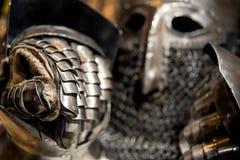 Armure médiévale de casque et de gant en métal Photographie stock