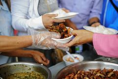 Armut in den armen Leuten der Gesellschaft hat Nahrung vom Philanthrop gespendet: Konzeptarmut und -spende: Freiwillig-Anteil stockfotografie