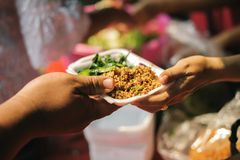 Armut in den armen Leuten der Gesellschaft hat Nahrung vom Philanthrop gespendet: Konzeptarmut und -spende: Freiwillig-Anteil lizenzfreies stockbild