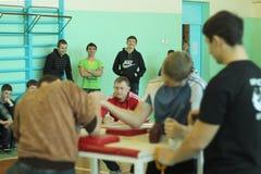 Armwrestling μεταξύ του μαθητή Στοκ Φωτογραφίες