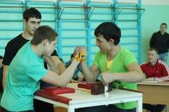 Armwrestling μεταξύ του μαθητή Στοκ εικόνα με δικαίωμα ελεύθερης χρήσης