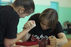 Armwrestling μεταξύ των κοριτσιών Στοκ φωτογραφίες με δικαίωμα ελεύθερης χρήσης