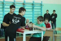 Armwrestling unter Schüler Stockfoto