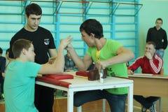 Armwrestling unter Schüler Lizenzfreie Stockbilder