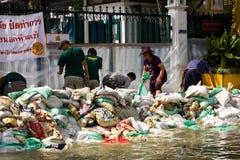 armys som medf8or att hjälpa, förhindrar sandbags som är thai till arkivbilder