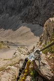 Arnés de la escalada - alta adrenalina en montañas - Austria foto de archivo