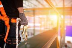 Arnés de seguridad del trabajador de construcción y línea de la seguridad que llevan fotografía de archivo libre de regalías