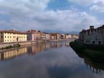 Arna河在比萨意大利 免版税库存照片