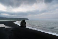 Arnardrangur堆和Reinisfjara海滩,冰岛 图库摄影