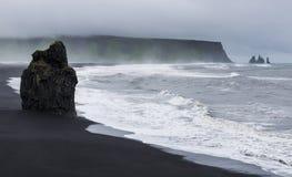 Arnardrangur στη μαύρη παραλία άμμου Στοκ φωτογραφίες με δικαίωμα ελεύθερης χρήσης