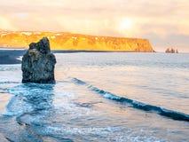 Arnardrangur-Felsen nahe Vik in Island Stockfotos