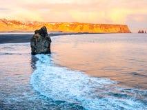 Arnardrangur-Felsen nahe Vik in Island Stockfoto