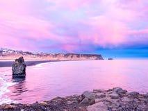 Arnardrangur-Felsen nahe Vik in Island Stockfotografie