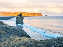 Arnardrangur-Felsen nahe Vik in Island Lizenzfreie Stockbilder