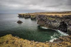 Arnarstapi kust och fiskeläge av västra Island Arkivfoto