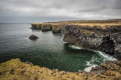 Arnarstapikust en visserijdorp van West-IJsland stock foto