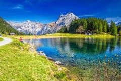 Arnisee con le alpi svizzere Arnisee è un bacino idrico nel Cantone di Uri, Svizzera Fotografie Stock