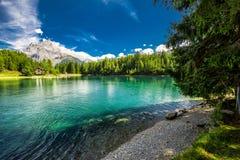 Arnisee med schweiziska fjällängar Arnisee är en behÃ¥llare i kantonen av Uri, Schweiz, Europa royaltyfria foton